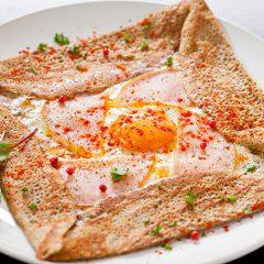 卵とハム、チーズのガレット